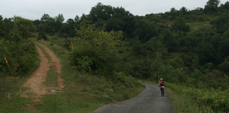 Sommet de la première côte du circuit de 28km, le tri est fait, en avant les chemins caillouteux!