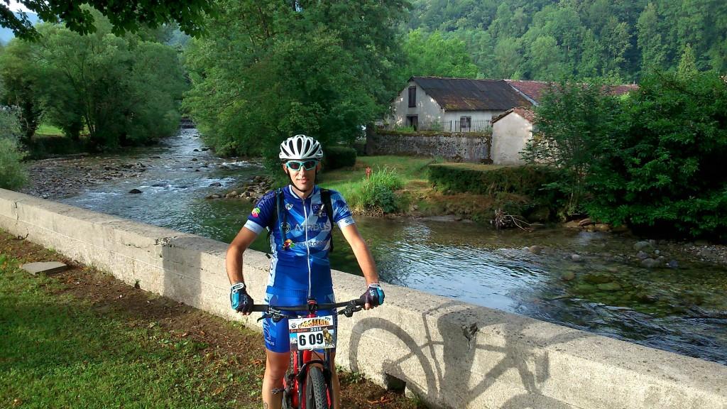 Pause photo au départ devant la rivière Le Garbet.