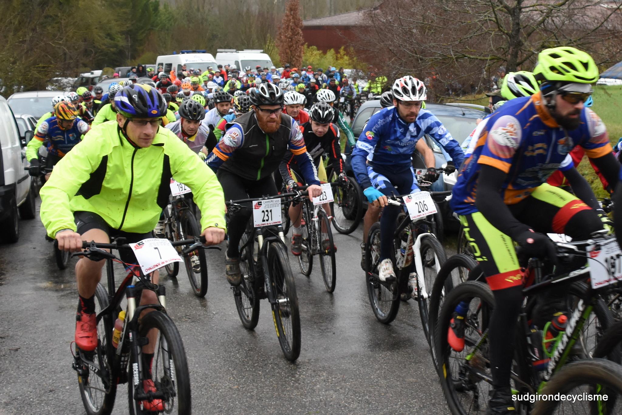 Christophe Faloppa se faufile, il vient de doubler un vélo de cyclo-cross pourtant interdit sur cette épreuve...