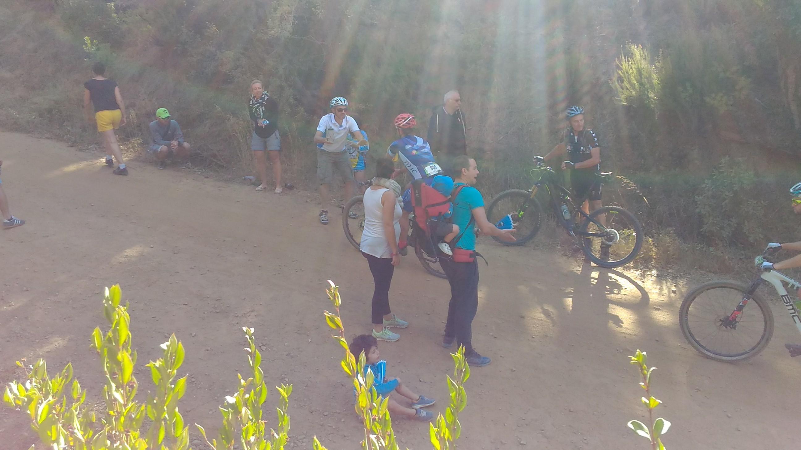 José passe le bidon à Seb dans le Col du Bougnon!