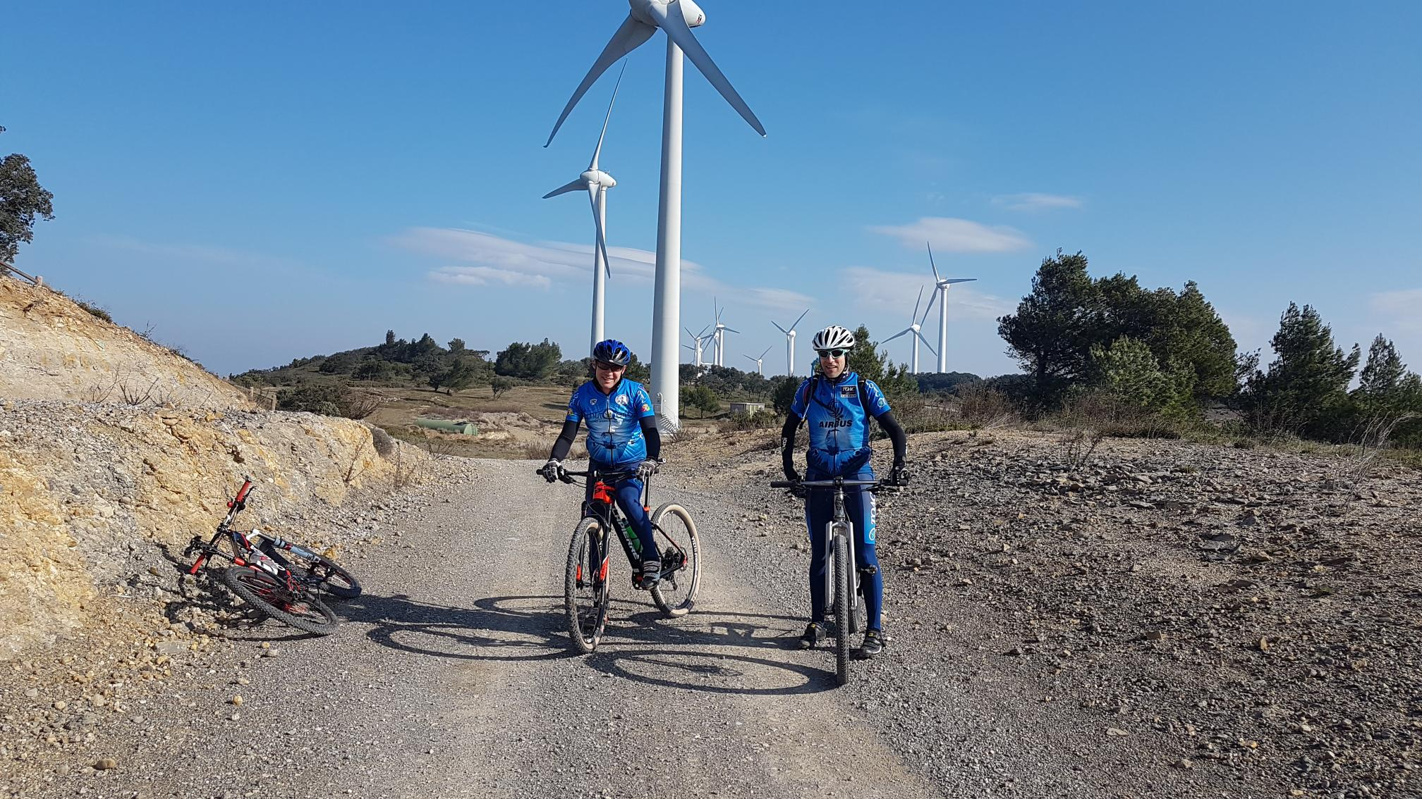 Philippe et Christophe au pied des éoliennes, impressionnantes lorsqu'elles sont en fonctionnement!