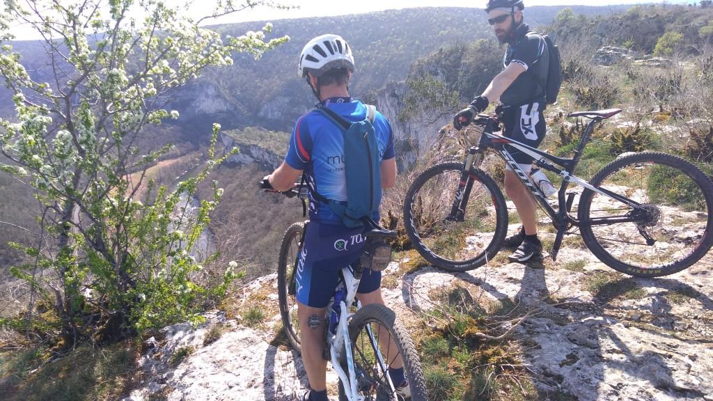 Patrick et Pascal profitent des beau paysages des gorges de l'Aveyron!
