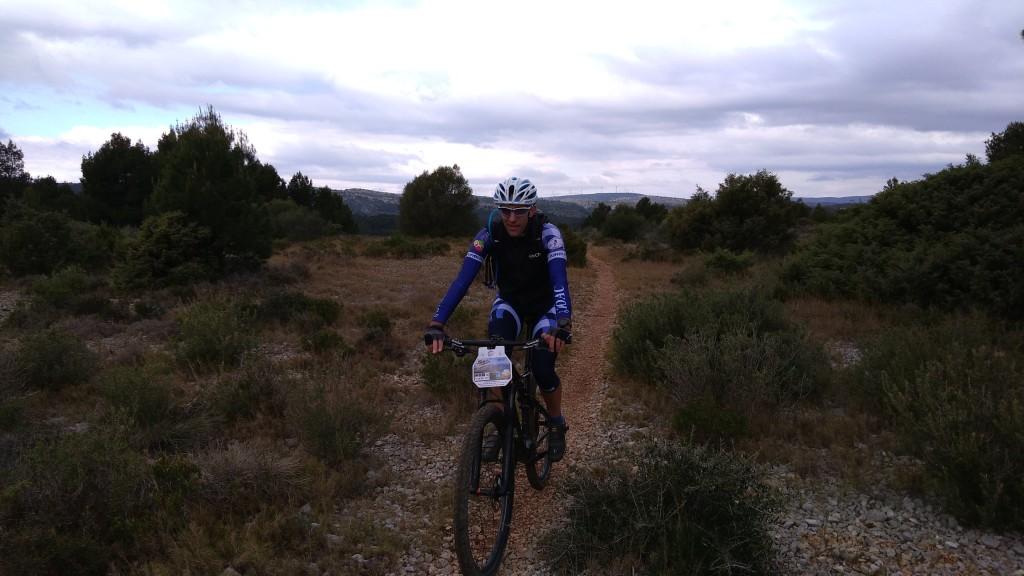 Christophe profite des paysages avec les éoliennes en fond...