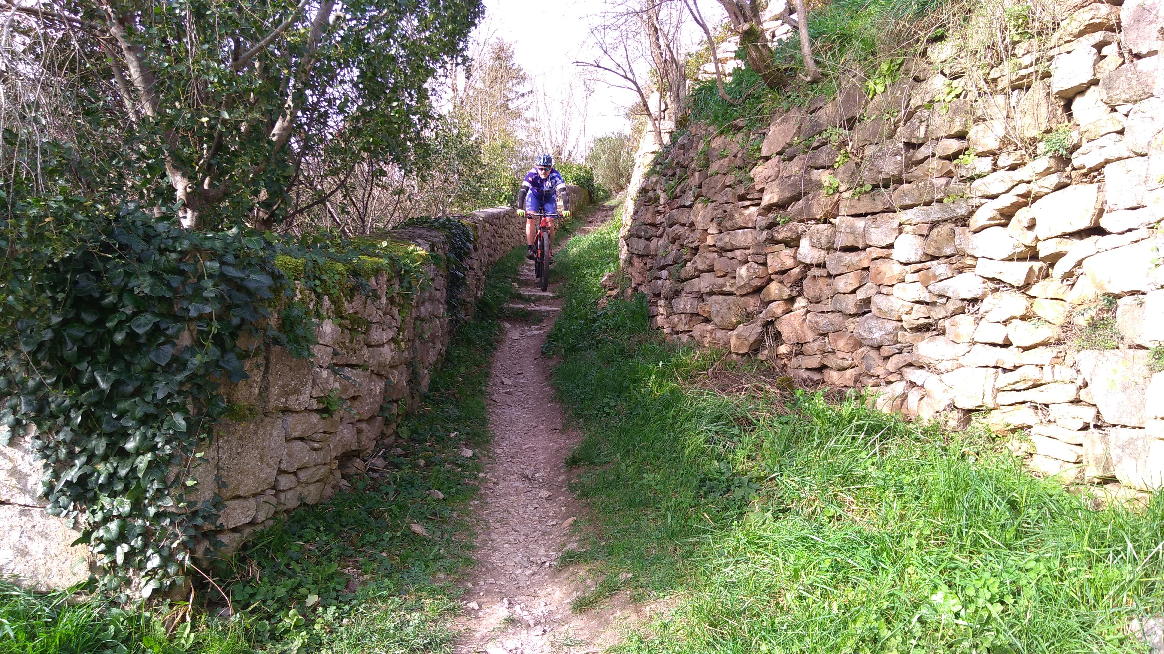 José dans la descente du circuit pédestre de Bruniquel.