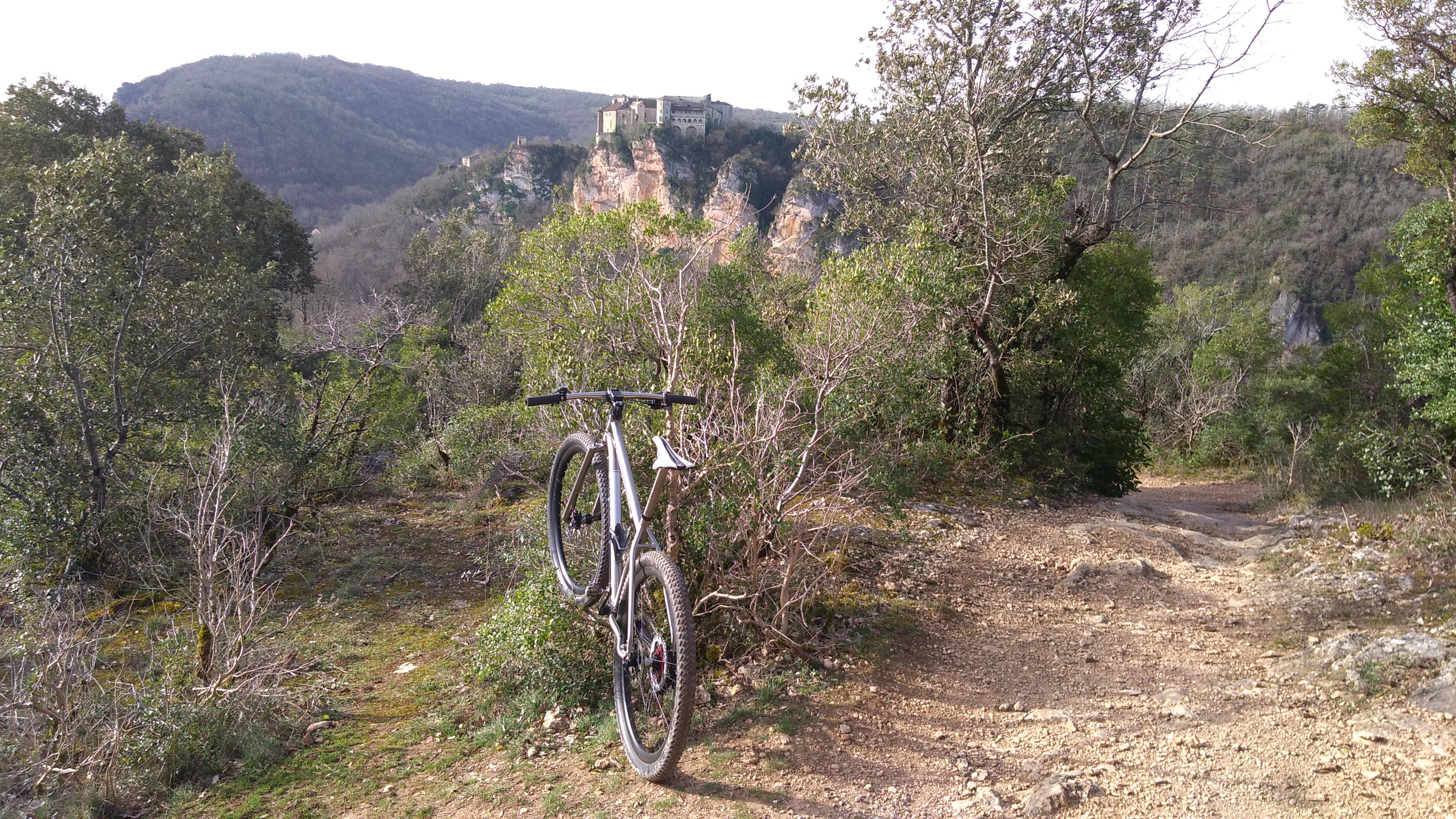 Château de Bruniquel, la vue se gagne par une belle montée.